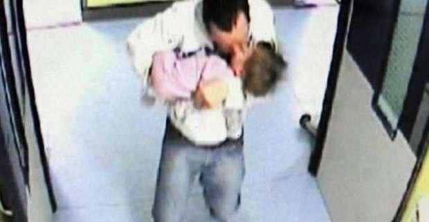 SHOCK: Pedofilo bacia la sua vittima di 15 mesi