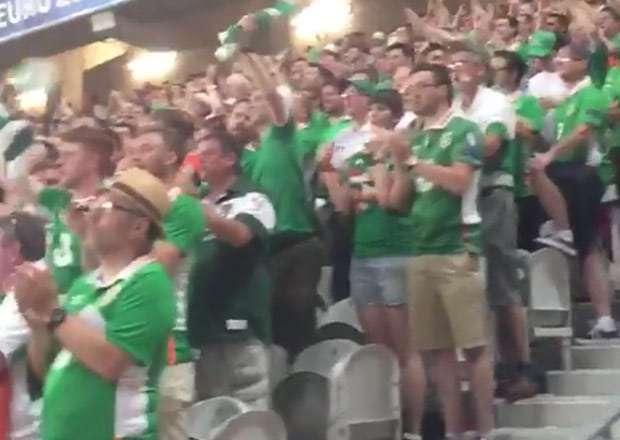 Tifosi irlandesi in piedi durante l'inno di Mameli