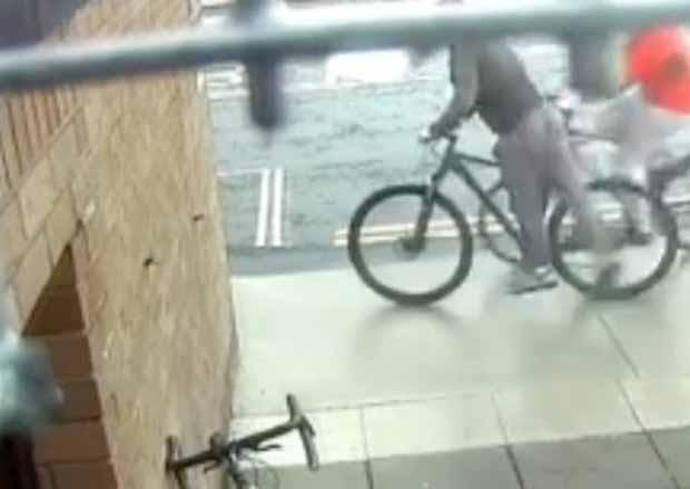 Provano a rubargli la bici, fermati a pugni