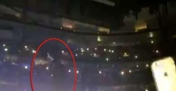 Bono cade dal palco a Chicago